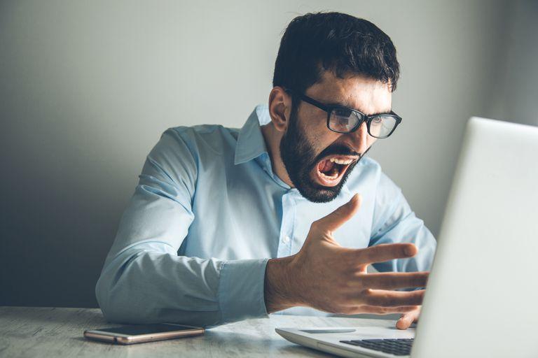 Pessoa revoltada com o computador